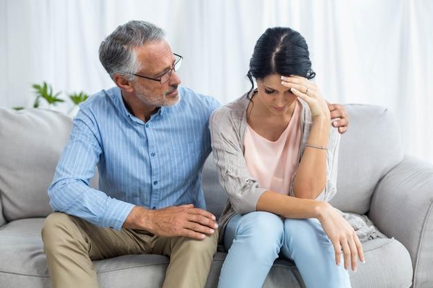 Terapeuta consolando a una mujer en casa