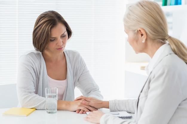 Terapeuta consolando a su paciente