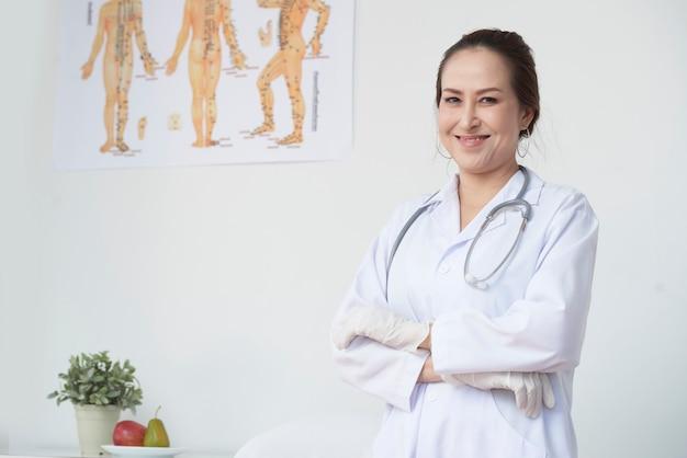 Terapeuta manual seguro sonriente