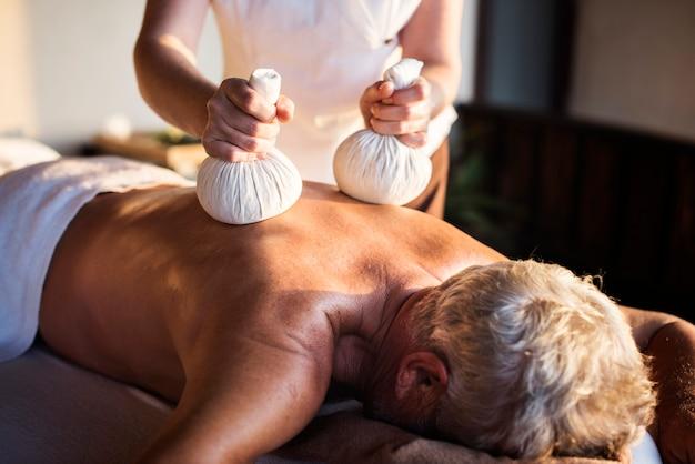 Terapeuta de masaje masaje en un spa