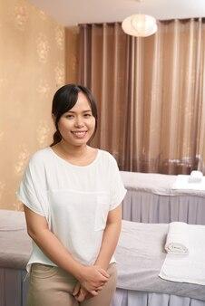 Terapeuta de masaje que trabaja en el salón de spa