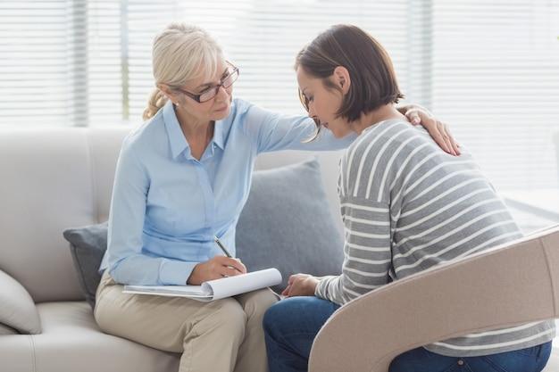 Terapeuta reconfortante mujer