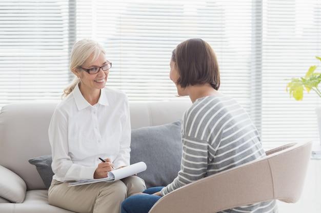 Terapeuta sonriente con paciente