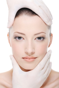 Terapia correctiva para el bello rostro femenino por esteticista - primer plano