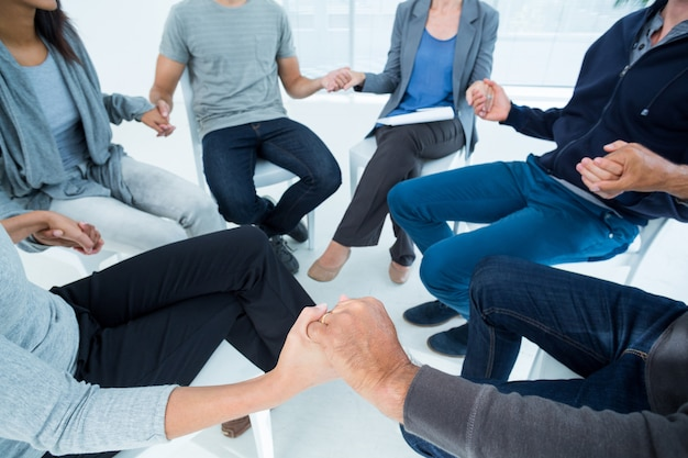 Terapia grupal en sesión sentada en círculo.