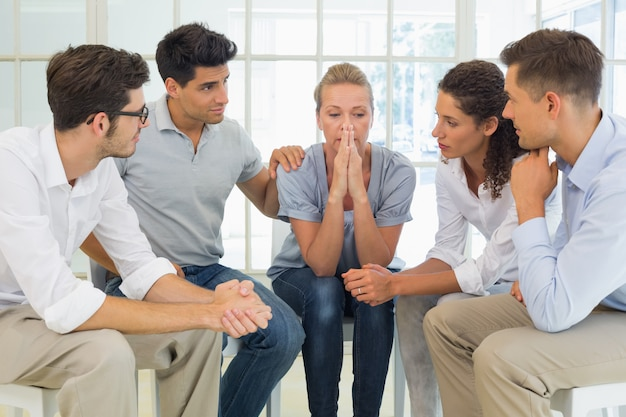 Terapia de grupo en sesión sentada en un círculo.
