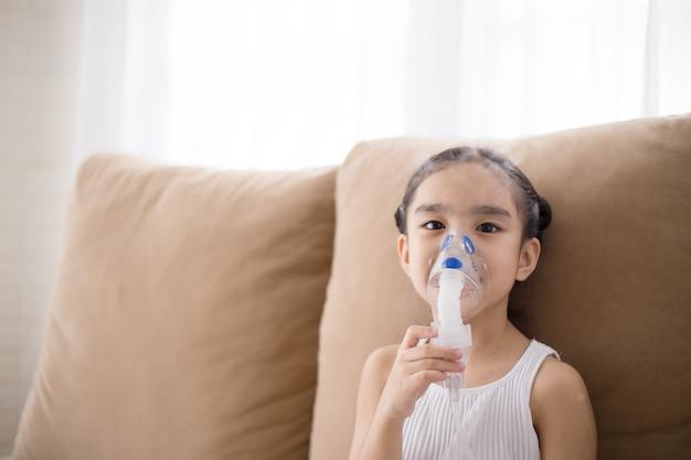 Terapia de inhalación de paciente infantil