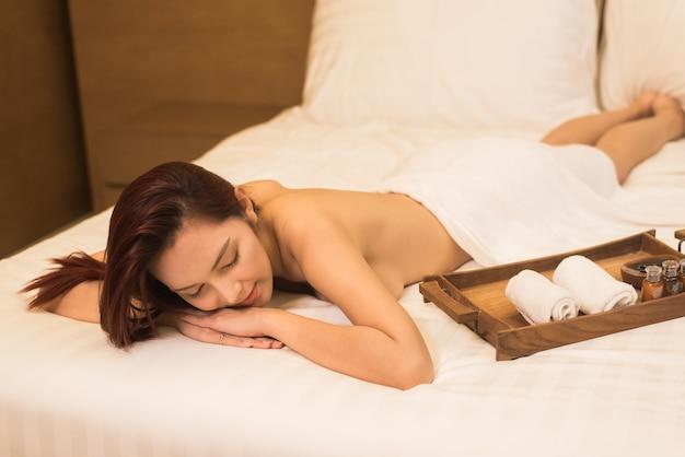 Terapia de masaje de mujeres de asia en la cama