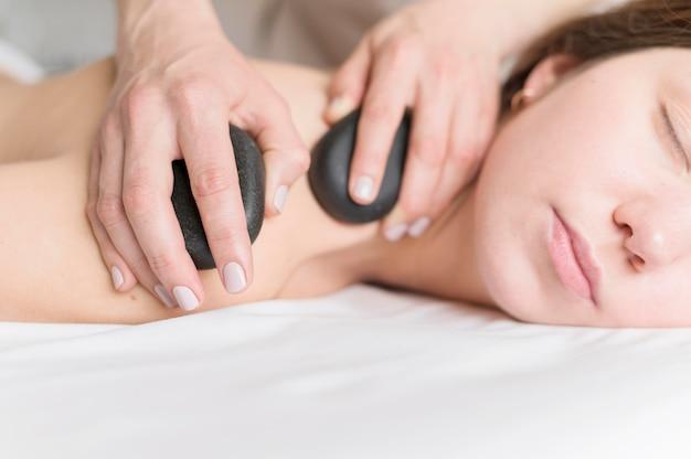 Terapia de masaje con piedras.