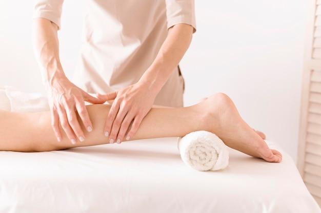 Terapia de masaje de piernas en primer plano
