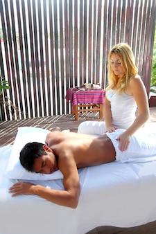 Terapia de masajes fisioterapia en cabaña de selva.