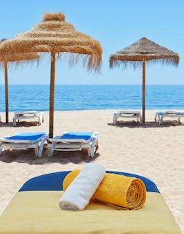 Terapia de masajes para hamacas en la playa. cerca del mar.