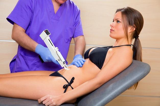 Terapia de pistola de mesoterapia abdominal médico para mujer