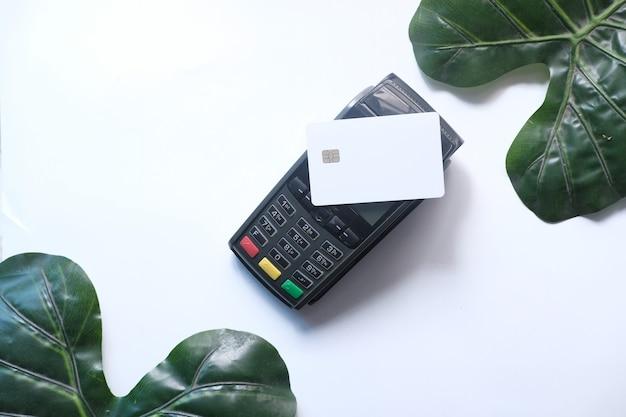 Terminal de pago cobrando desde una tarjeta
