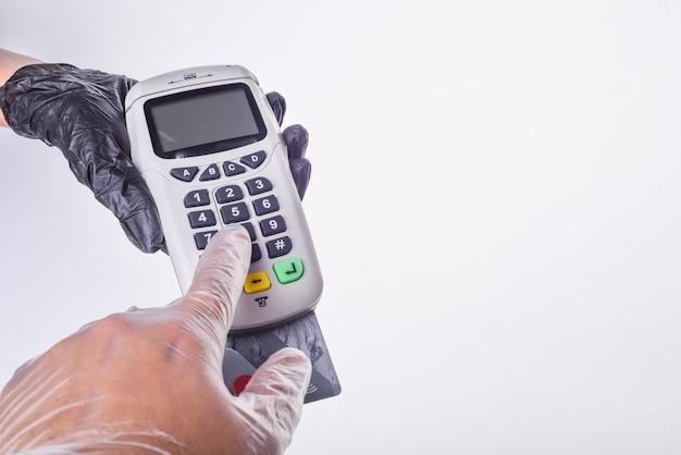Terminal de pago. mano en guante. concepto de compra segura