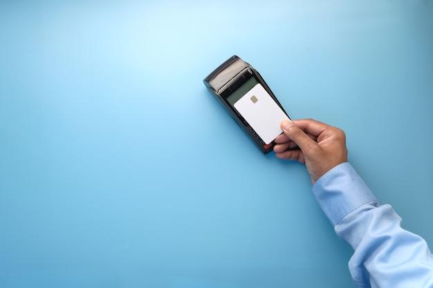 Terminal de pago que cobra desde una tarjeta de pago sin contacto