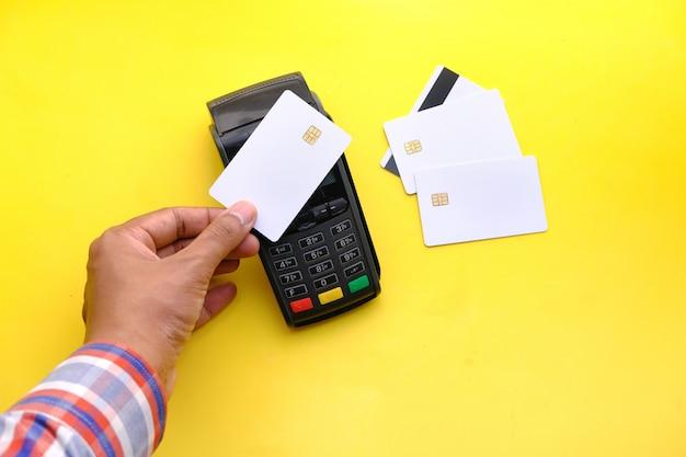 Terminal de pago que cobra desde una tarjeta, pago sin contacto.