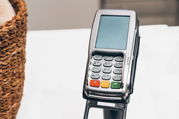 Terminal de pago con tarjeta de crédito en una tienda