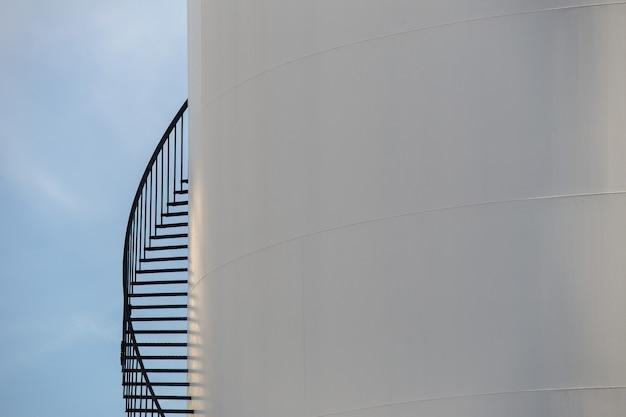 Terminal petrolera en cielo azul