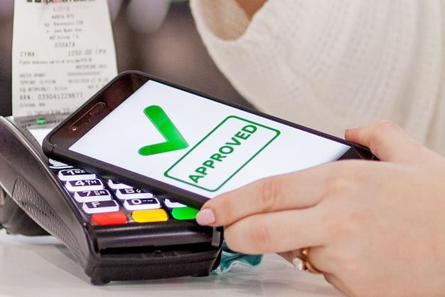 Terminal pos, máquina de pago con teléfono móvil