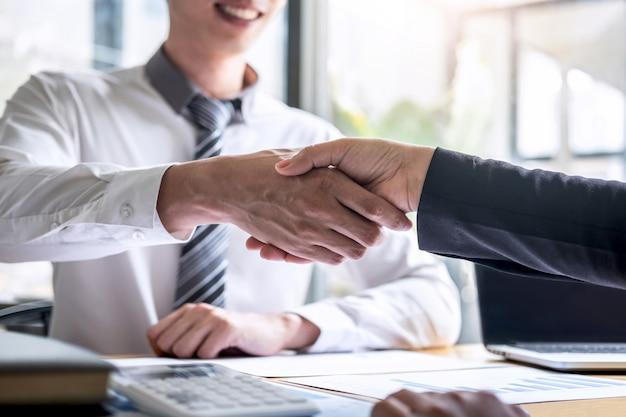Terminar una conversación después de la colaboración, el apretón de manos de dos empresarios después del acuerdo de contrato para convertirse en socio, trabajo en equipo colaborativo