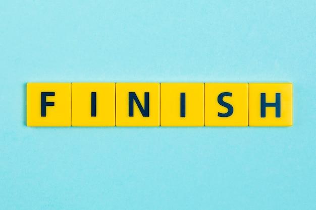 Terminar la palabra en azulejos scrabble