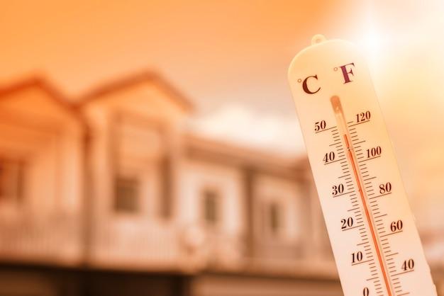 El termómetro muestra que la temperatura es calor en el cielo.