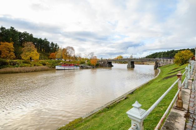 Terraplén de granito, puente de madera sobre el río.