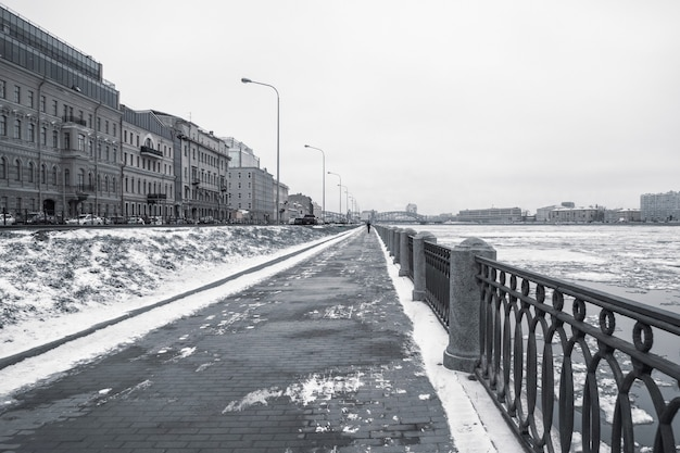 Terraplén de invierno vacío en san petersburgo con vistas a la n
