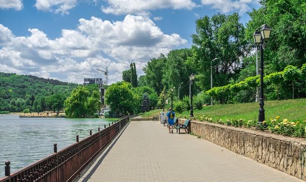 Terraplén del lago valea morilor en chisinau, moldavia
