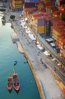 Terraplén de ribeira en el casco antiguo de porto al atardecer, portugal, tonos retro