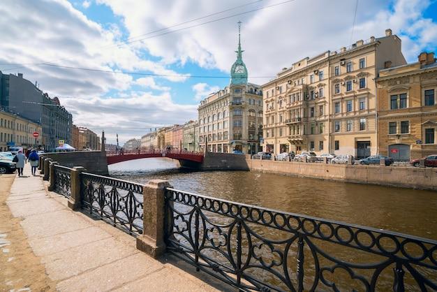 Terraplén del río moyka, puente rojo, casa zinger en san petersburgo.