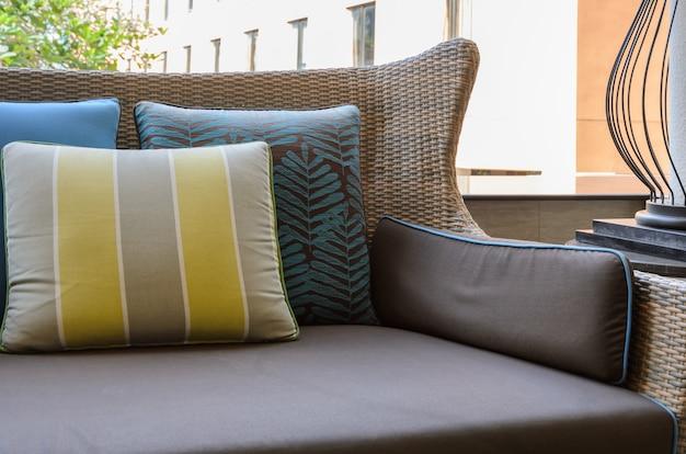 Terraza al aire libre con almohadas en el sofá