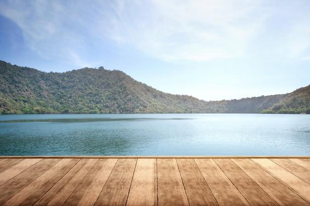 Terraza de madera con vista al lago y a la montaña.