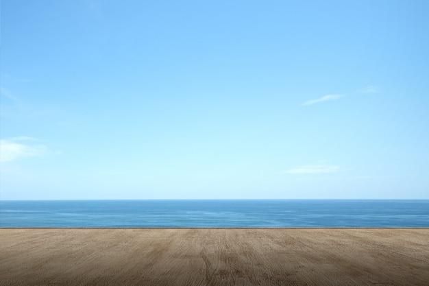 Terraza de madera con vista al mar y aguas tranquilas.