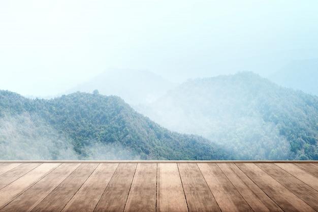 Terraza de madera con vista a la montaña.