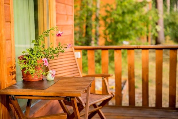 Terraza con mesa y sillas y guirnalda de luces