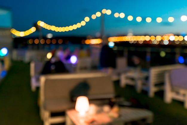 Terraza en la noche con luces bokeh.