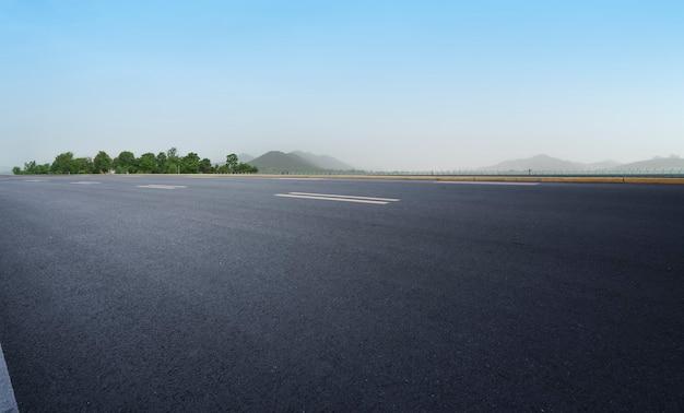 Terreno de carretera y paisaje natural al aire libre.