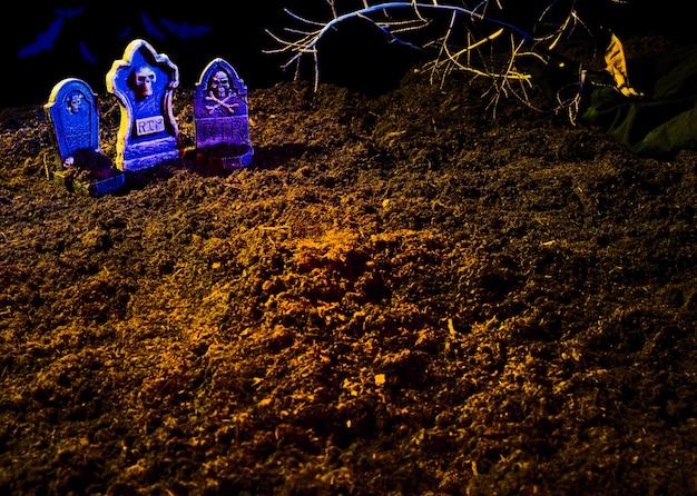Terreno con tumbas y brillantes lápidas violetas