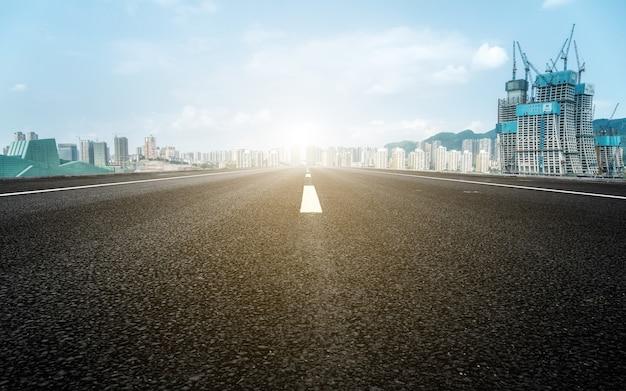 Terreno urbano y paisaje arquitectónico moderno.