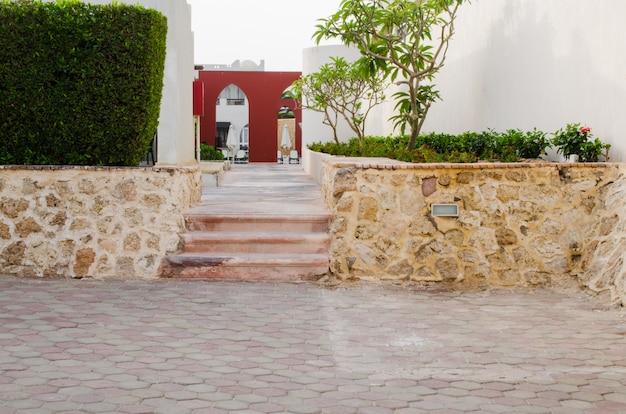 Territorio del parque bien cuidado de hotel de cinco estrellas en sharm el sheikh.
