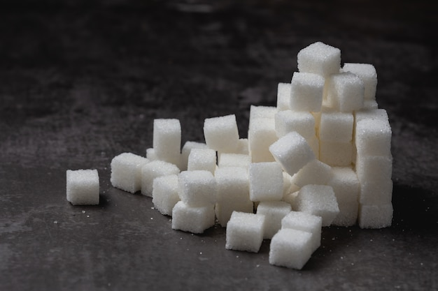 Terrón de azúcar blanco en la mesa.