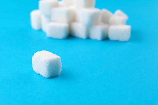 Terrones de azúcar blanco sobre un azul brillante