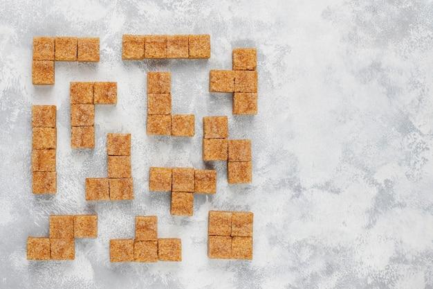 Terrones de azúcar moreno en concreto, vista superior