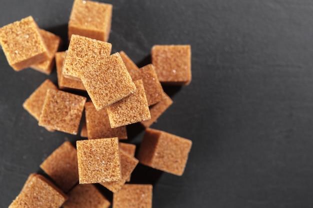 Terrones naturales de azúcar moreno
