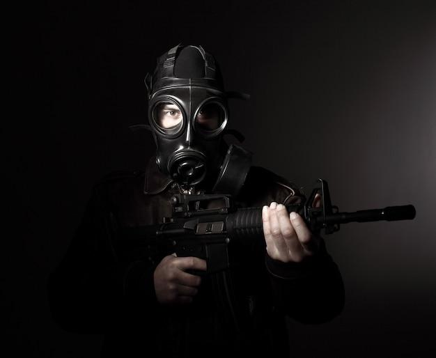 Terrorista con máscara de gas