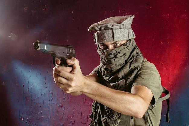 Terrorista con su arma. concepto sobre terrorismo