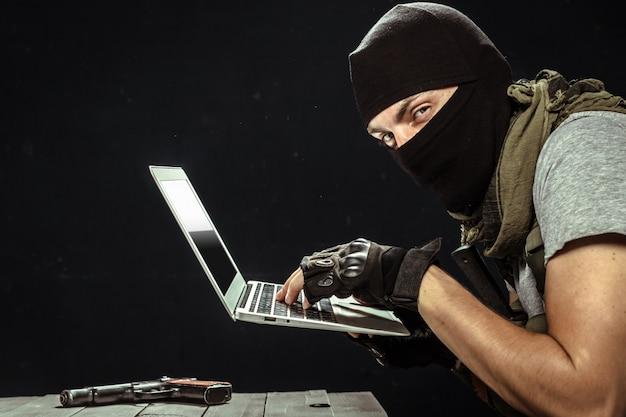Terrorista trabajando en su computadora
