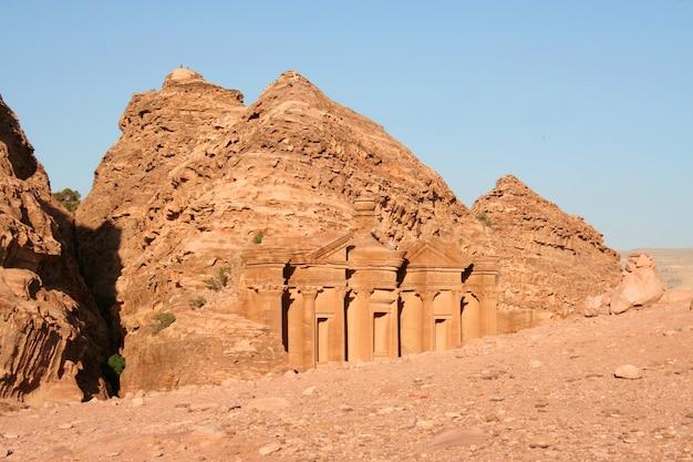 El tesoro en la antigua ciudad jordana de petra, jordania.